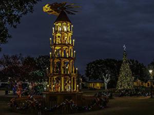 Hintergrundbilder USA Neujahr Texas Nacht Tannenbaum Lichterkette Straßenlaterne Fredericksburg