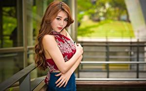 Desktop hintergrundbilder Asiaten Bokeh Braune Haare Starren Hand Mädchens