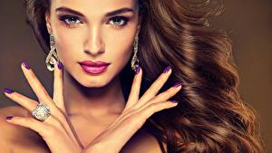 Bilder Finger Hand Schminke Maniküre Blick Haar Braune Haare Ohrring Mädchens