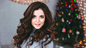 Hintergrundbilder Neujahr Braune Haare Braunhaarige Haar Blick Junge frau Mädchens