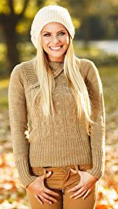 Fotos Blondine Lächeln Mütze Sweatshirt Starren Hand Mädchens