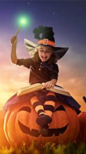 Fotos Feiertage Halloween Kürbisse Hexe Kleine Mädchen Nacht Mond Lächeln Buch kind