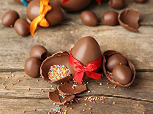 Hintergrundbilder Feiertage Ostern Schokolade Bretter Ei Schleife Lebensmittel