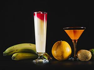 Hintergrundbilder Fruchtsaft Bananen Orange Frucht Kiwifrucht Limette Schwarzer Hintergrund Weinglas Lebensmittel