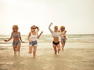 Hintergrundbilder Meer Wasser Blond Mädchen Lächeln Brille Spritzwasser Shorts Lauf junge frau