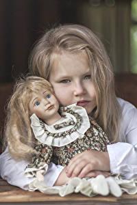 Hintergrundbilder Kleine Mädchen Blond Mädchen Puppe Blick Dunkelbraun kind