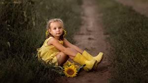 Bilder Kleine Mädchen Sitzend Stiefel Bein Weg Gelb Irina Zaburaeva Kinder