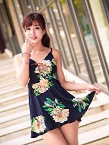 Bilder Asiatische Treppe Unscharfer Hintergrund Kleid Braunhaarige Hand Blick Pose Schöne