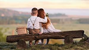 Hintergrundbilder Liebe Sitzen 2 Junge Kleine Mädchen Bank (Möbel) Umarmung Hinten Kinder