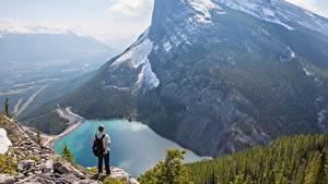 Hintergrundbilder Gebirge See Kanada Mann Landschaftsfotografie Felsen Schnee Canadian Rocky Mountains Natur