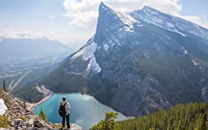 Hintergrundbilder Gebirge See Kanada Mann Landschaftsfotografie Felsen Schnee Canadian Rocky Mountains