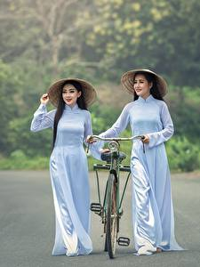 Bilder Straße Asiatische Fahrrad Brünette Der Hut 2 Mädchens