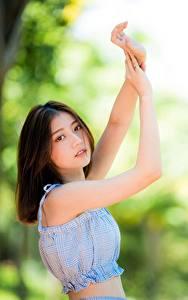 Bilder Asiatische Bokeh Hand Braune Haare Starren junge frau