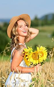 Hintergrundbilder Acker Sommer Sonnenblumen Kleid Blond Mädchen Der Hut Lächeln Bokeh Selina Mädchens