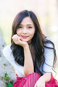 Bilder Asiatische Bokeh Blick Lächeln Hand Mädchens