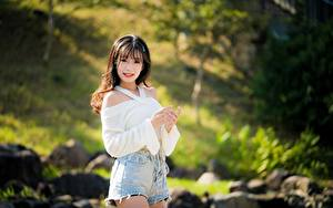Hintergrundbilder Asiaten Bokeh Braunhaarige Blick Shorts junge Frauen