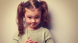 Bilder Saft Farbigen hintergrund Kleine Mädchen Lächeln Trinkglas Hand Kinder