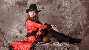 Fotos Kleofia model Braunhaarige Der Hut Sitzend Kleid Blick