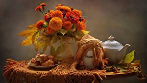 Fotos Stillleben Studentenblume Wasserkessel Backware Tisch Vase Blumen Lebensmittel