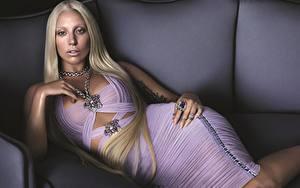 Bilder Lady GaGa Blondine Glamour Kleid Prominente Mädchens