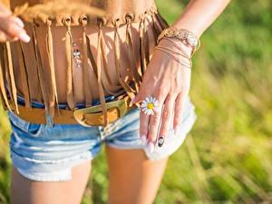 Fotos Kamillen Finger Hand Maniküre Bauch Shorts Mädchens