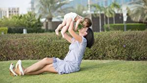 Bilder Sommer Liebe Mutter Brünette Sitzend Säugling Kinder