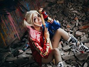 Fotos Harley Quinn Held Asiatische Cosplay Blond Mädchen Baseballschläger Sitzend Mädchens