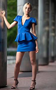Desktop hintergrundbilder Blondine Posiert Bein Rock Bluse Blick Camille Mädchens