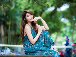 Bilder Asiatisches Kleid Pose Bokeh Süßes Lächeln Braune Haare Hand junge frau