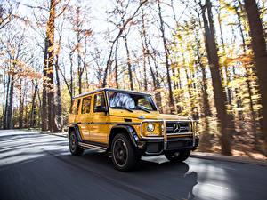 Fotos Mercedes-Benz G-Klasse Straße Bewegung Gelb SUV g63 AMG auto