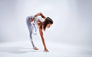 Hintergrundbilder Fitness Hand Bein Dehnübung Braunhaarige Posiert junge frau