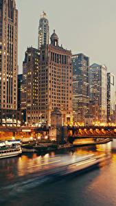 Bilder USA Haus Flusse Wolkenkratzer Abend Schiffsanleger Brücke Binnenschiff Chicago Stadt Städte