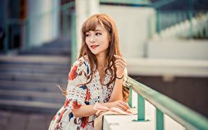 Fotos Asiatische Bokeh Posiert Kleid Starren Braunhaarige Mädchens