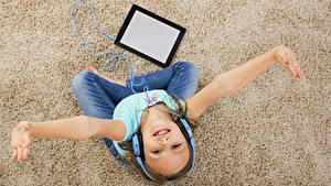 Fotos Tablet-Computer Kleine Mädchen Hand Kopfhörer Starren Teppich Kinder