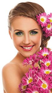 Hintergrundbilder Chrysanthemen Weißer hintergrund Braunhaarige Lächeln Schminke Gesicht junge Frauen