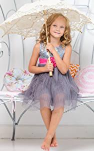 Bilder Kleine Mädchen Lächeln Kleid Regenschirm Sitzend Kinder