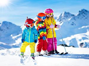 Hintergrundbilder Winter Skisport Junge Kleine Mädchen Drei 3 Schnee Helm Brille kind