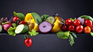 Fotos Gemüse Tomaten Paprika Gurke Zwiebel Grauer Hintergrund das Essen