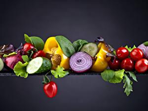 Fotos Gemüse Tomate Peperone Gurke Zwiebel Grauer Hintergrund Lebensmittel