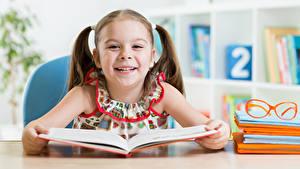 Fotos Schule Kleine Mädchen Lächeln Buch