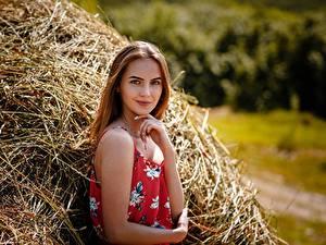 Hintergrundbilder Braune Haare Model Heu Stroh Lächeln Hand junge frau