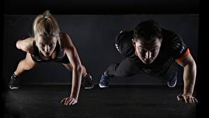 Bilder Fitness Mann Blond Mädchen Zwei Liegestütz sportliches Mädchens