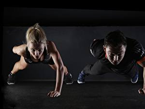Bilder Fitness Mann Blond Mädchen Zwei Liegestütz Sport Mädchens