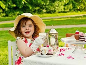 Fotos Törtchen Flötenkessel Der Hut Lächeln Kleine Mädchen Tisch Tasse Kinder