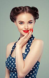 Fotos Grauer Hintergrund Braunhaarige Blick Rote Lippen Maniküre Hand Mädchens