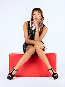 Hintergrundbilder Posiert Sitzend Bein Zopf Braunhaarige junge Frauen