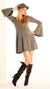 Bilder Carla Monaco Blond Mädchen Posiert Kleid Stiefel Baseballmütze