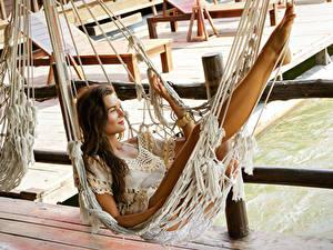 Fotos Hängematte Braune Haare Lächeln Bein Mädchens
