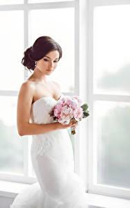 Fotos Sträuße Braune Haare Braut Kleid junge Frauen