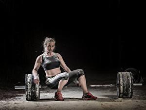Hintergrundbilder Hantelstange Sitzt Sport Mädchens